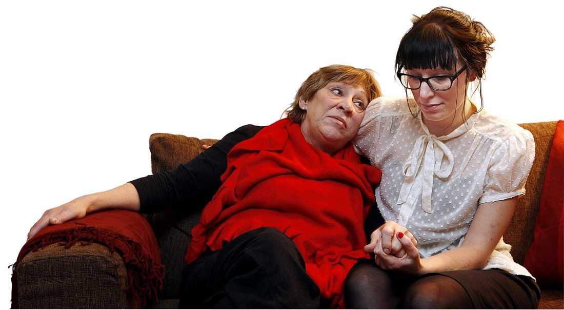 Annica Holmquist blev av med sjukersättningen – trots svår sjukdom och saknad arbetsförmåga. Dottern Emelies blogginlägg om fallet fick enormt genomslag i valrörelsen genom medierna. På bilden ser vi Emelie med mamma Annica.