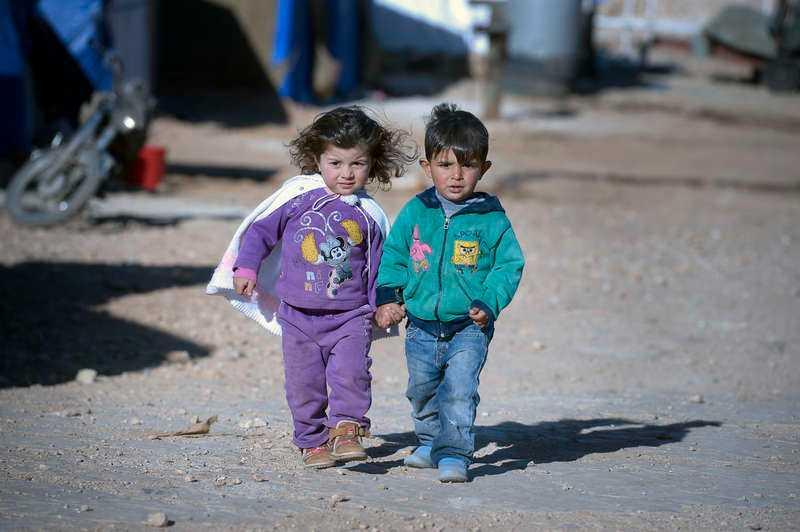 """1 NOVEMBER, ARSAL I LIBANON Subhieh, 2,5 och Mohammed, 5, är två av över en miljon barn som flytt krigets Syrien. De kallas """"den förlorade generationen"""", och har tvingats lämna sina hem, skola, familj och vänner för att fly till flyktinglägret Arsal i Libanon."""