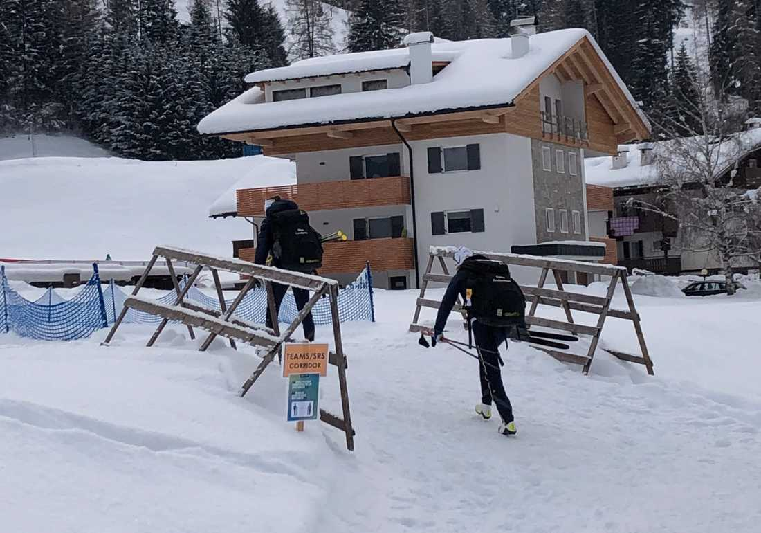 Ebba Andersson vandrar iväg mot Alpe Cermis.