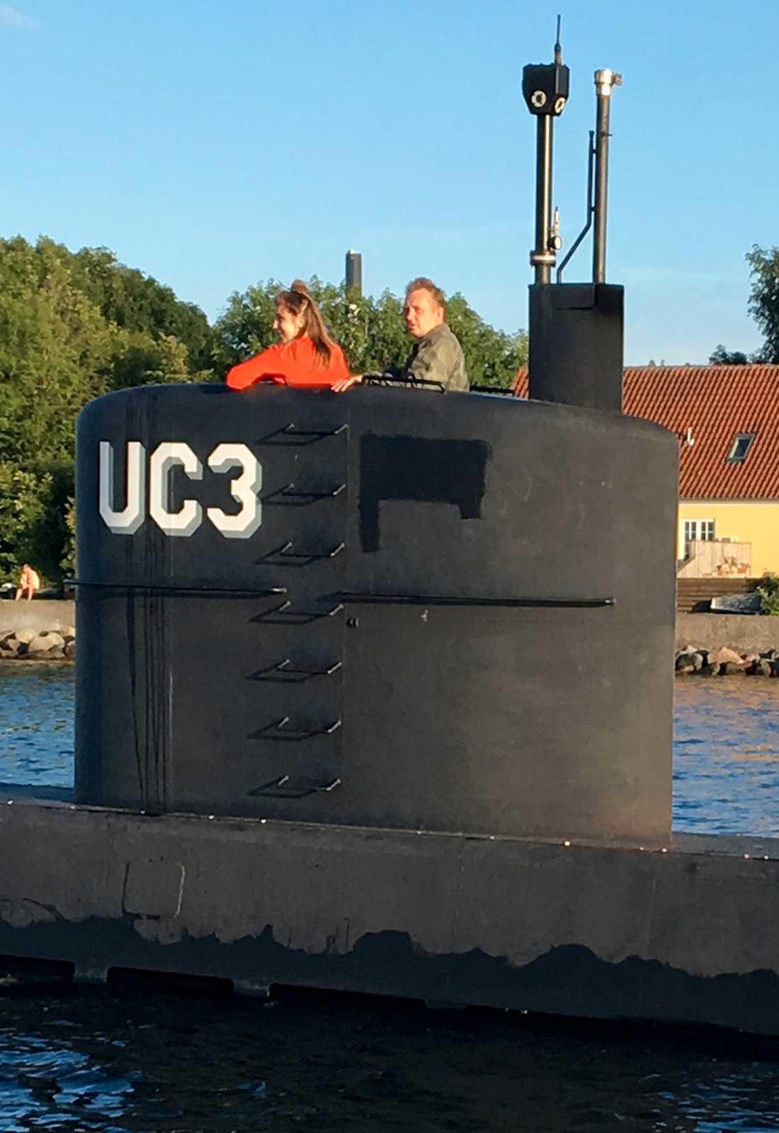 Kim Wall och Peter Madsen på ubåten. Det är en av de sista bilderna på Kim Wall.
