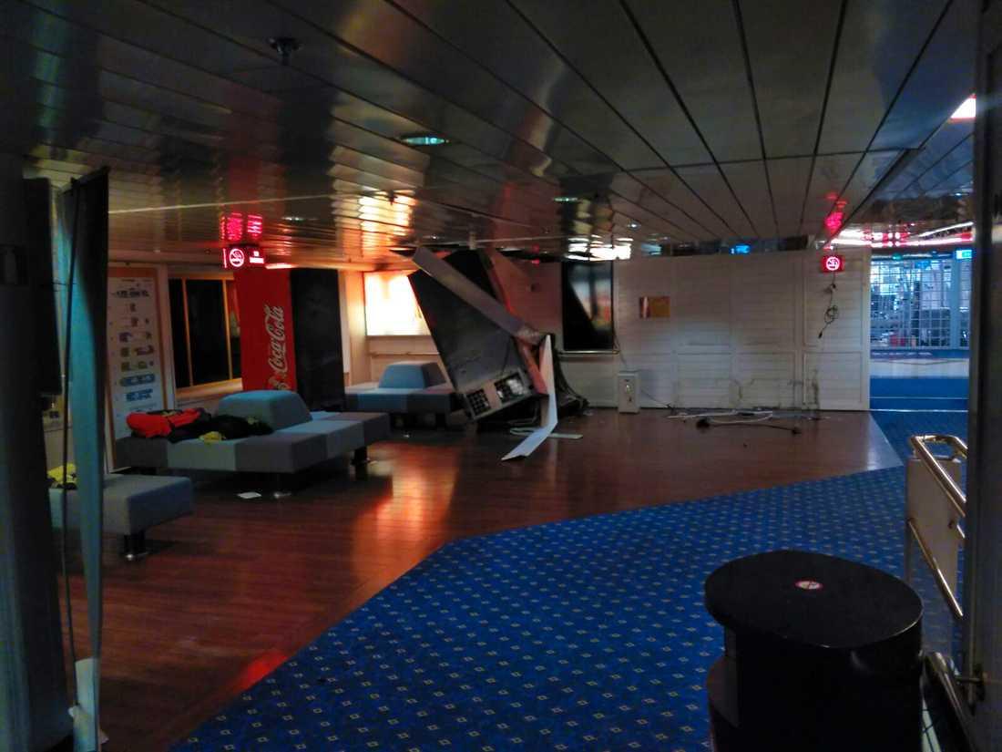En av radarantennerna på Tallinks passagerarfartyg Romantika skadades i den hårda vinden. Antennen flög iväg och orsakade skador på ett fönster som leder till den så kallade Tangobaren.