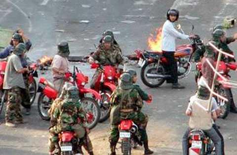 Vittnen berättar om att privata milismän som stöder den sittande regimen jagar demonstranter på Teherans gator med motorcyklar. Den här bilden har laddats upp på Internet via mikrobloggverktyget Twitter.