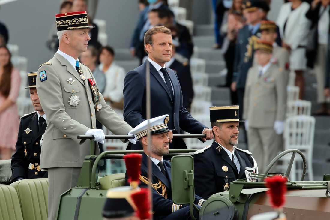 Frankrikes president Emmanuel Macron och militärchefen François Lecointre inspekterar soldaterna inför firandet av nationaldagen.