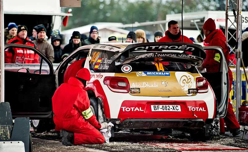 Dani Sordo filar på bilen.