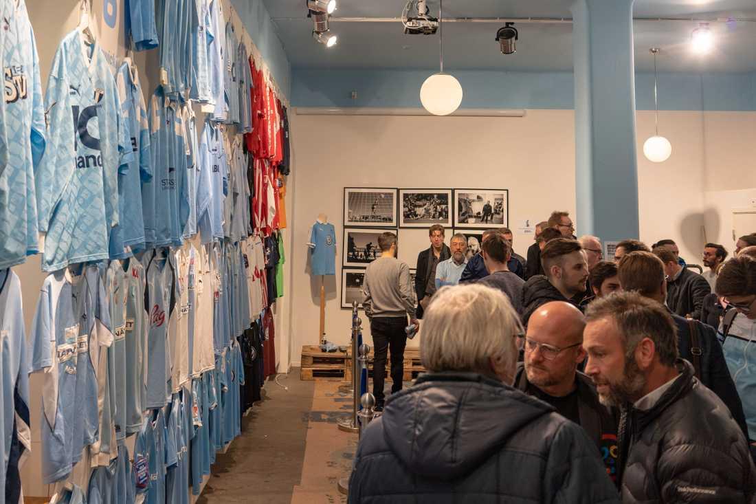 Utställning med historiska matchtröjor.