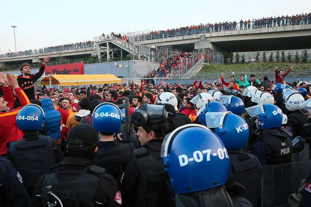 Kaotiskt utanför Galatasarays hemmaarena efter att derbyt mot Fenerbahce ställts in.