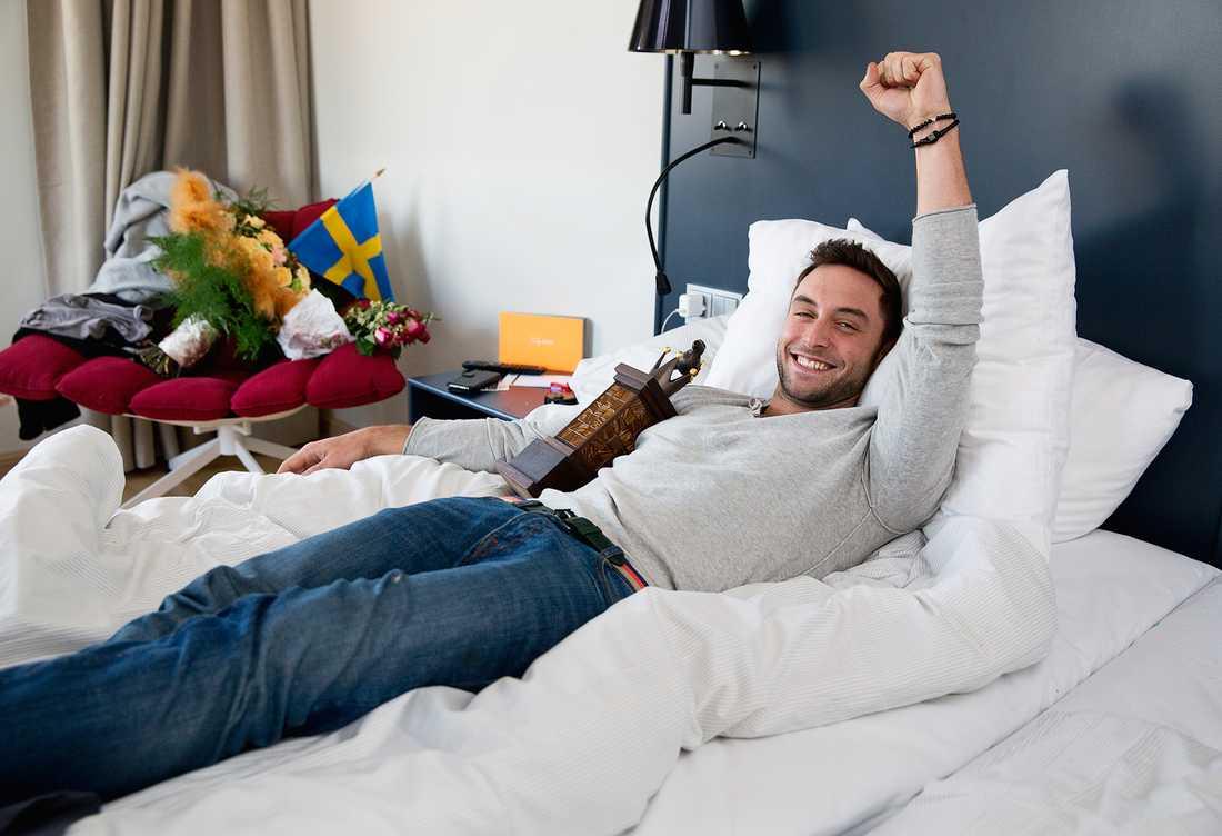 Han nådde målet till slut. Han vann Melodifestivalen. Dagen efter firar Måns Zelmerlöw med signering och frosseri. – Det blir total däckning med pizza, läsk och nån serie. Jag ska unna mig allt i en vecka!