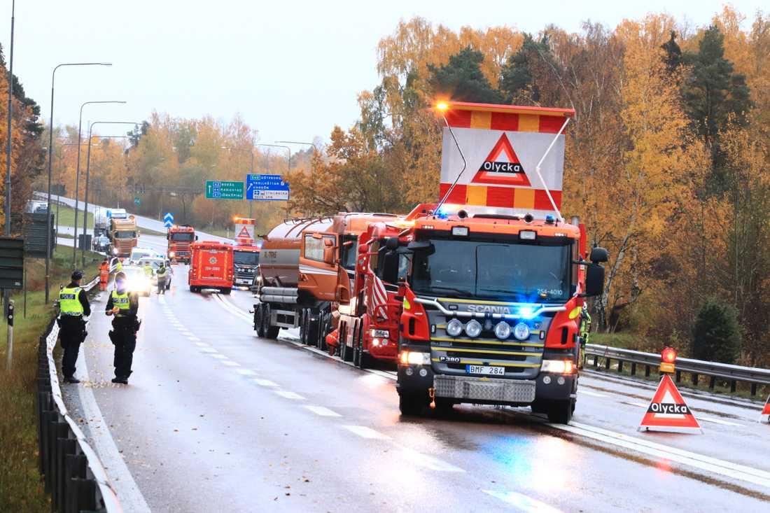 En personbil och en lastbil kolliderade på Stallbackabron i Trollhättan.