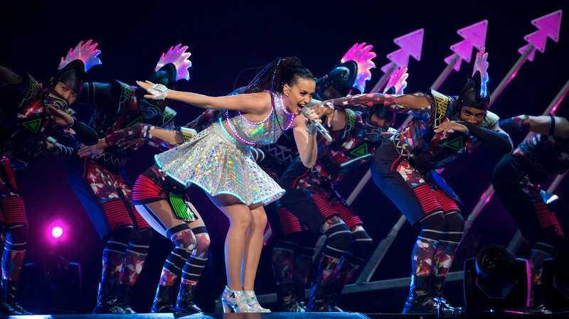 Katy Perry sparar inte på krutet, utan brukar showa i två timmar. På söndag är det Sverigepublikens tur.