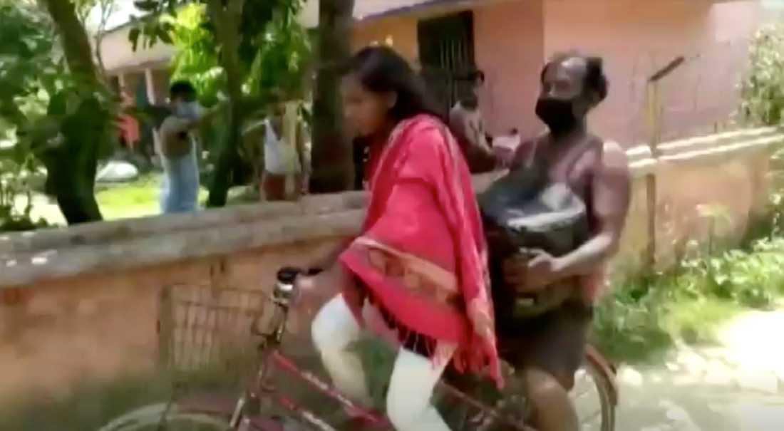Jyoti Kumari skjutsade hem sin pappa – en tur på 120 mil. Nu kan hon bli landslagscyklist.