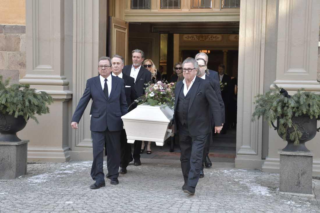 Här förs Johannes Brost till sist vilan.