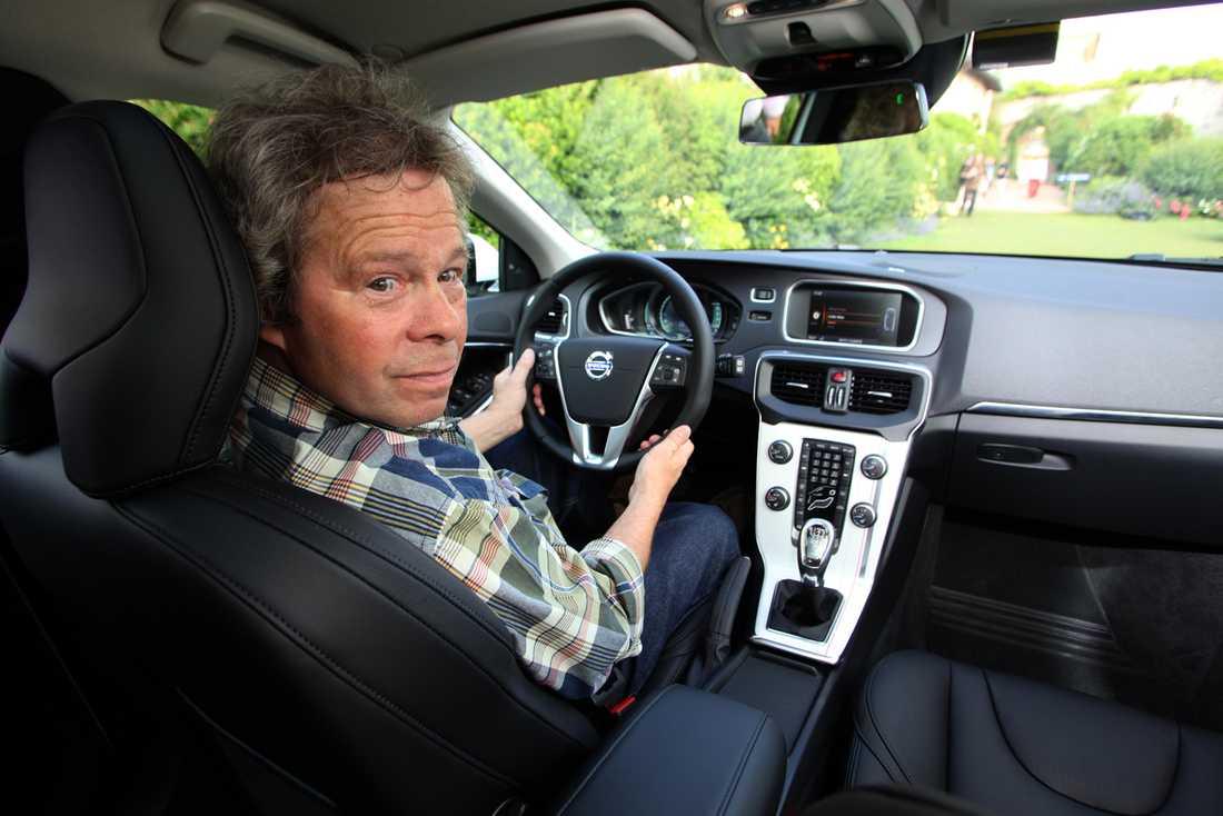Aftonbladets Robert Collin bakom ratten på nya Volvo V40.