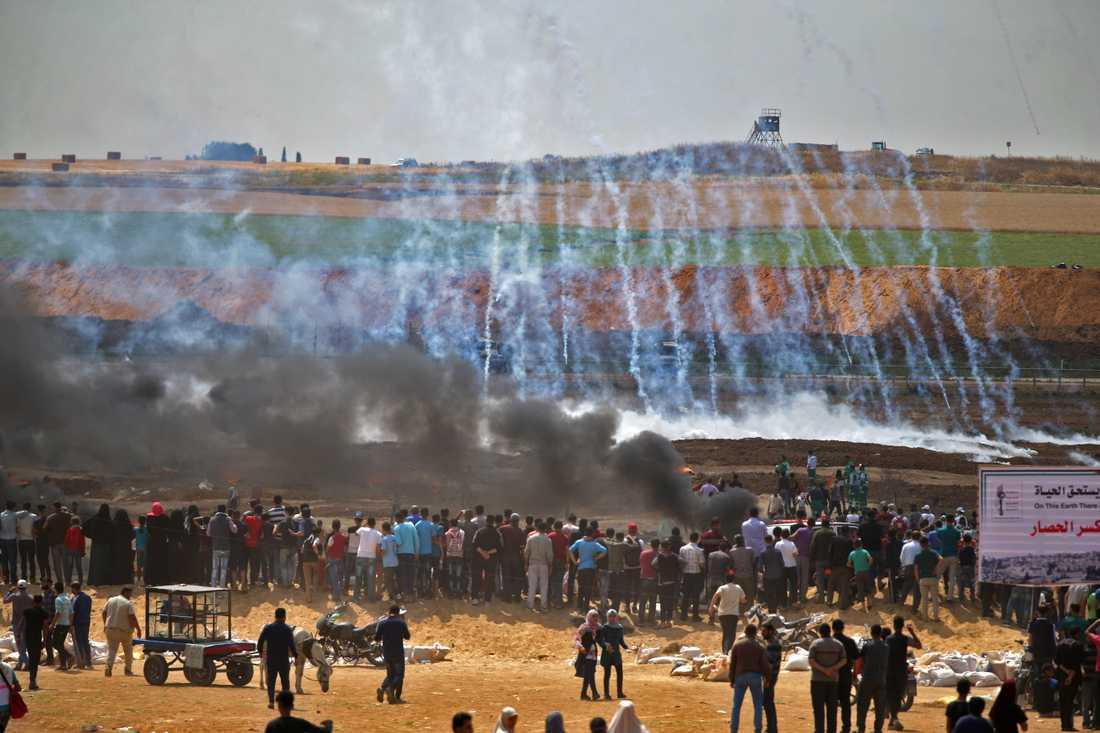 Brinnande däck öster om Gaza på morgonen den 14 maj.