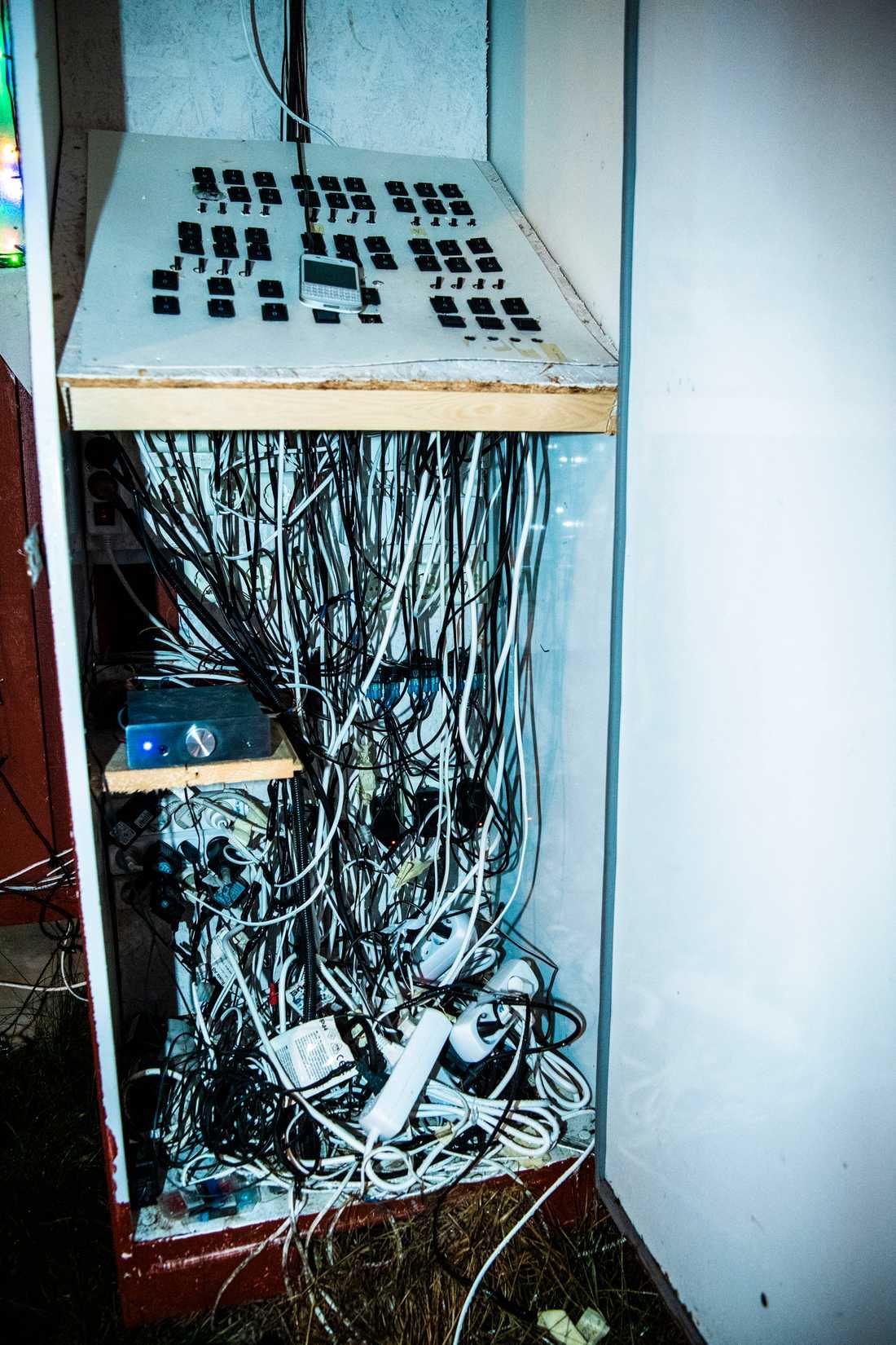 En och en halv mil kabel som går till olika styrsystem är nedgrävd i marken.