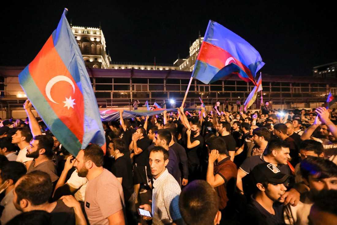 Trots covidrestriktioner anslöt många till demonstrationerna i Baku på tisdagskvällen.