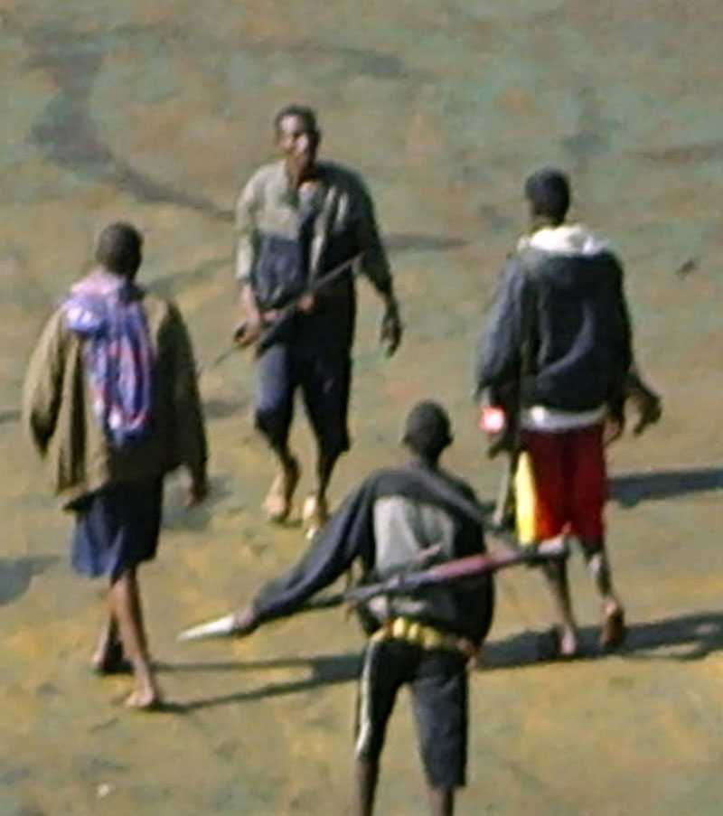Piraterna, som var barfota, bad om att få låna skor för att skydda sina fötter från glasskärvor.