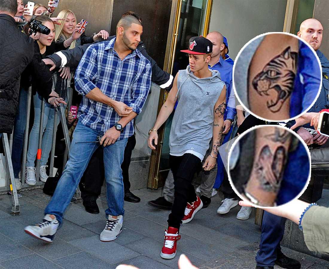 Justin Bieber visade upp sina nya tatueringar på väg till konserten i Globen på tisdagskvällen.