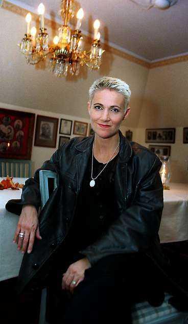 Hon kan inte stå uppe Marie Fredriksson fördes efter olyckan akut till Karolinska sjukhuset där hon fortfarande vårdas för skallskadorna. Hon känner sig yr och omtöcknad och har ännu inte kunnat resa sig upp.
