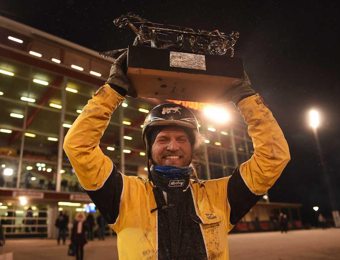 En glad Johan A Nilsson i Eskilstunas vinnarcirkel efter seger i Breeders Crown