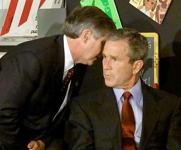 En chockad Bush får beskedet om attacken mot World trade center.