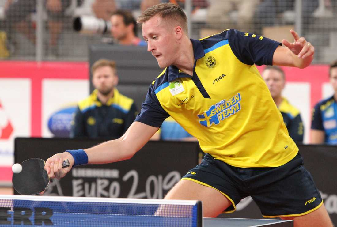 Mattias Falck inledde lag-EM i bordtennis med en vinst och en förlust mot Ungern.