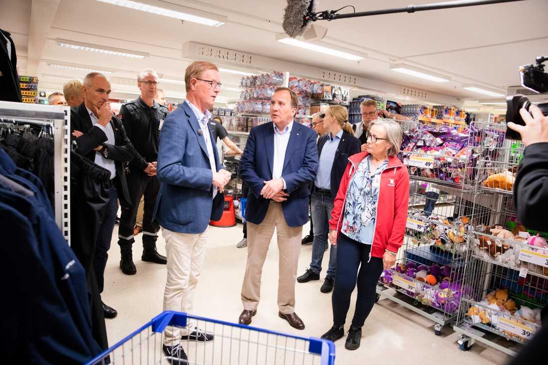 Statsminister Stefan Löfven (S) besökte under torsdagen Ullared. Han har, precis som förra året, valt bort Almedalen för att resa runt i Sverige. Han fick en rundvandring med Boris Lennerhov VD, Gekås Ullared.