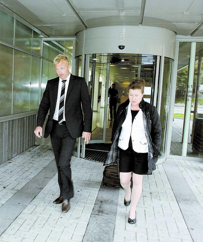 Dömdes i går – nekar Magnus Hedman lämnar Solna tingsrätt där han fälldes för dopningsbrott. Nu får han sparken från sitt jobb på Tv4.