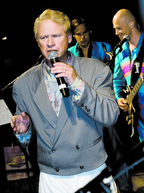 Robert Gustafsson – alias Roland Järverup – har varit på turné i sommar med dansbandet Rolandz. Något kollegorna i dansbandet Rolands är kritiska till.