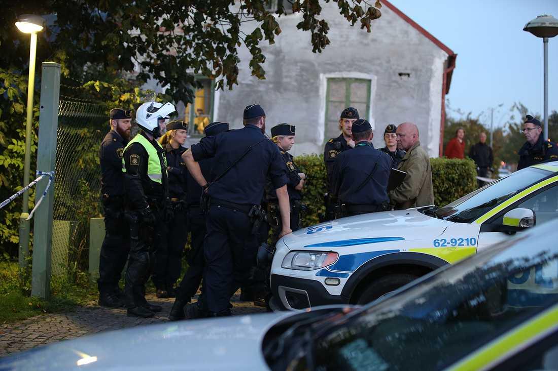 Spaningsledaren Göran Landvall med poliser vid mordplatsen.
