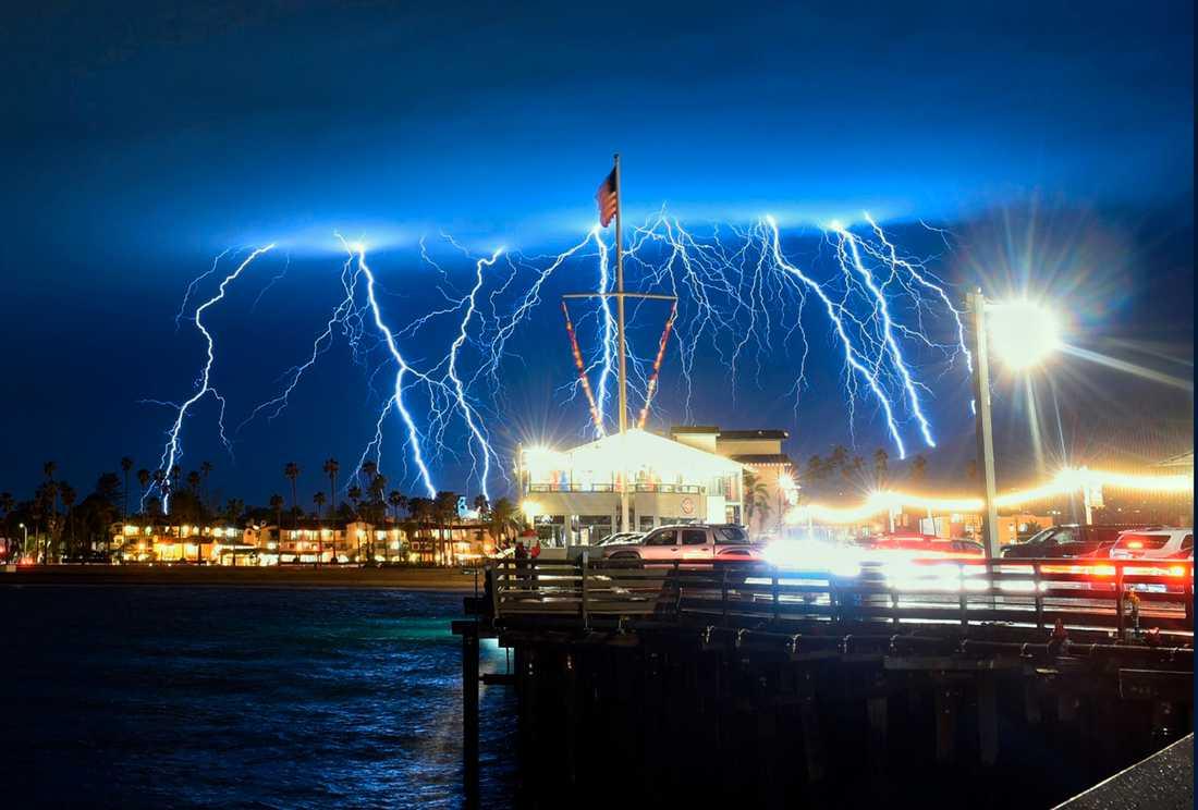 Väder: Ett foto med lång slutartid visar åskovädret över Stearns Wharf i Santa Barbara, Kalifornien, under natten till onsdagen.
