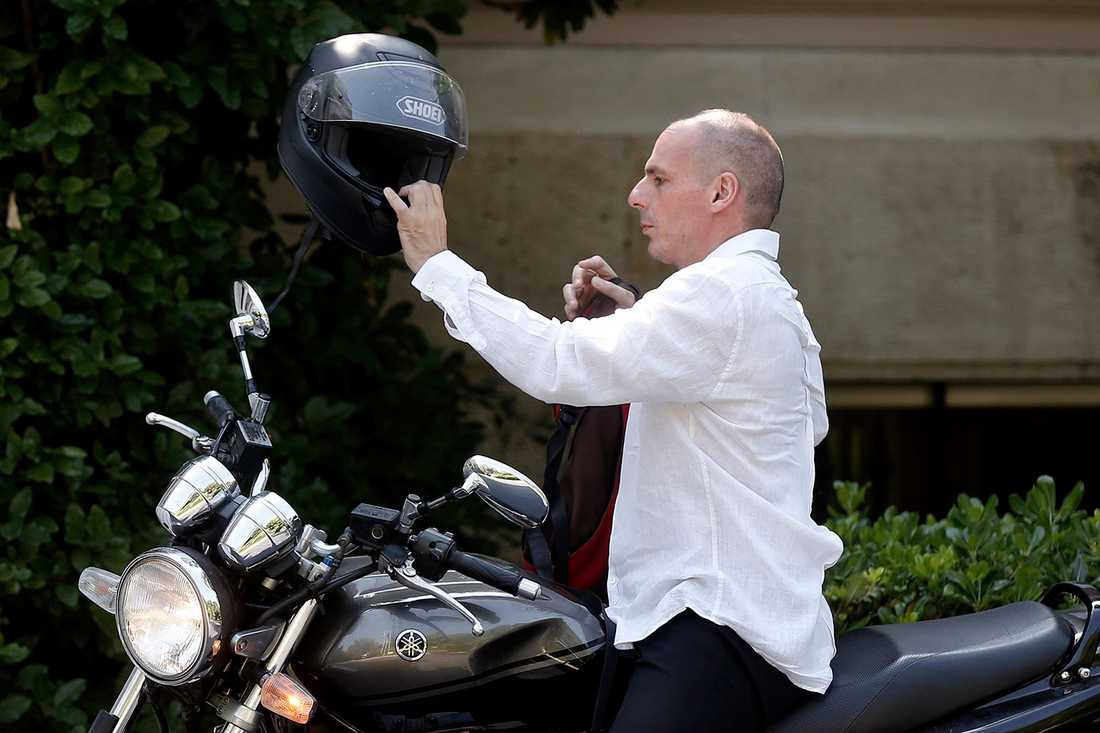 Grekland finansminister  Yanis Varoufakis kom till söndagens möte med Tsipras på sin motorcykel.