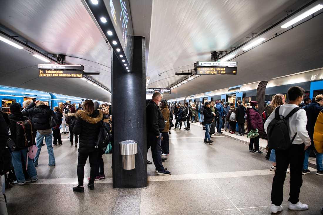 Nya rubriker om att det inte går att hålla avståndet i kollektivtrafiken är ett underbetyg till regionerna.