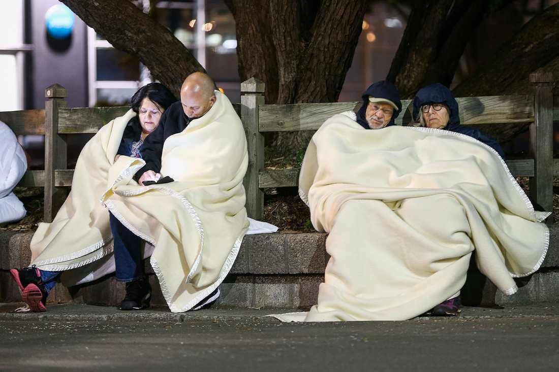 Människor håller sig utomhus efter skalvet.