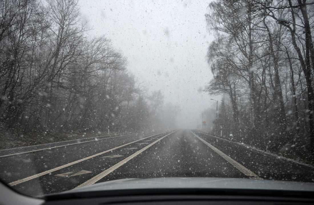 SMHI vädervarnar. Det väntas hårda vindar och snö på sina håll. Bilden är från ovädret på annandag påsk.
