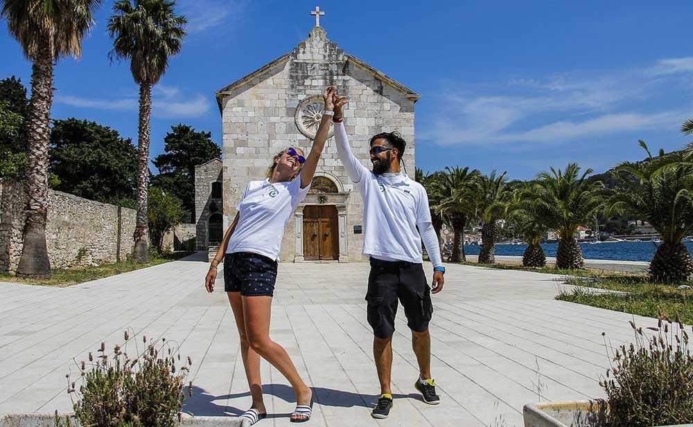 Den lilla kyrkan i Vis stad är med i filmen. Duje Mihovilovic och Ana Bavcevic ska gifta sig i april.