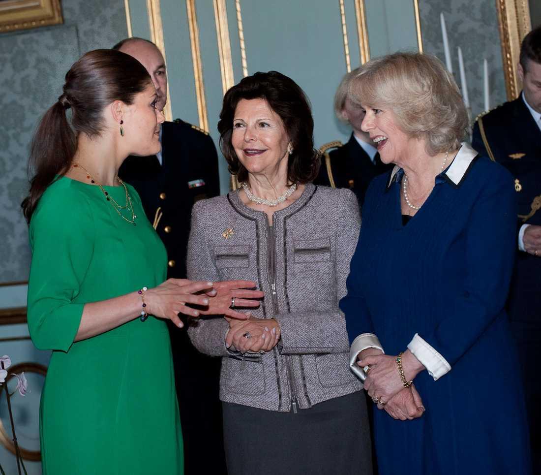 Victoria, Silvia och Camilla språkar.