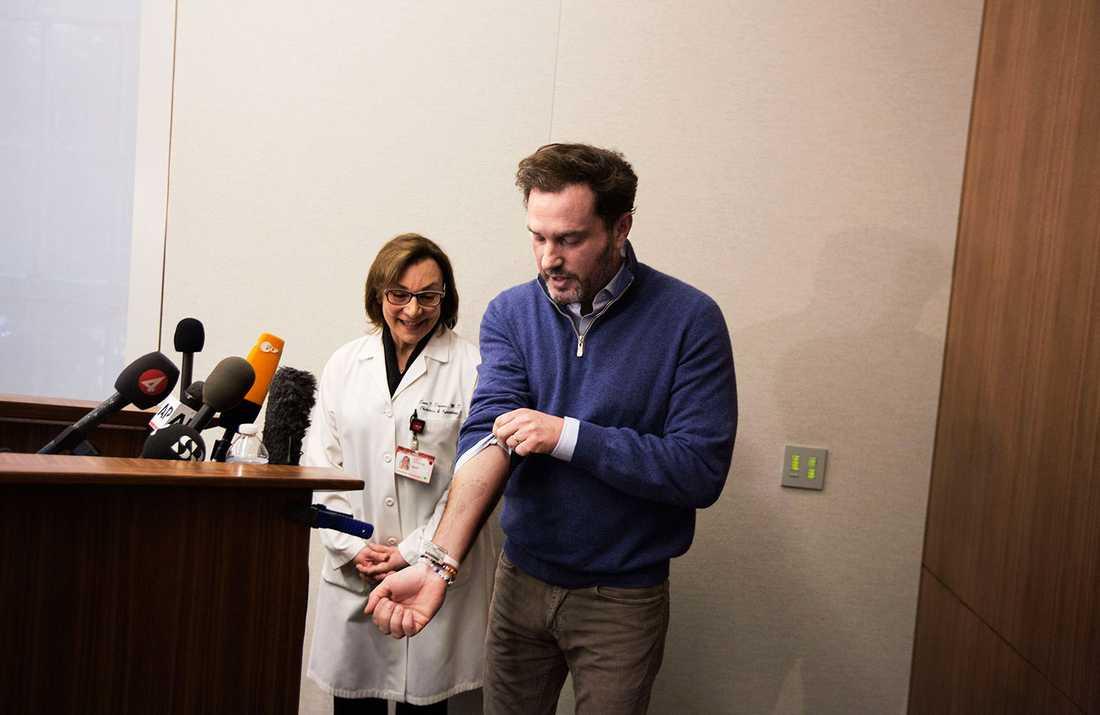 Under presskonferensen visade Chris upp ett avtryck i färg på sin underarm. Avtrycket var från dotterns fot.