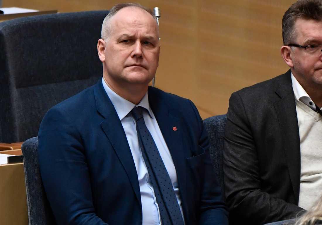 Jonas Sjöstedt lyssnar på Stefan Löfvens regeringsförklaring.