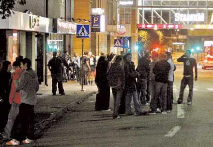 8. I NATT EFTER KLOCKAN 00.00: KOPPARBERGSVÄGEN En 21-årig kvinna satt på en bänk när en man gick fram till henne och bad om en cigarett. Han kastade sig sedan över kvinnan och började slita av henne kläderna. Han avbröt dock och försvann när 21-åringen skrek.