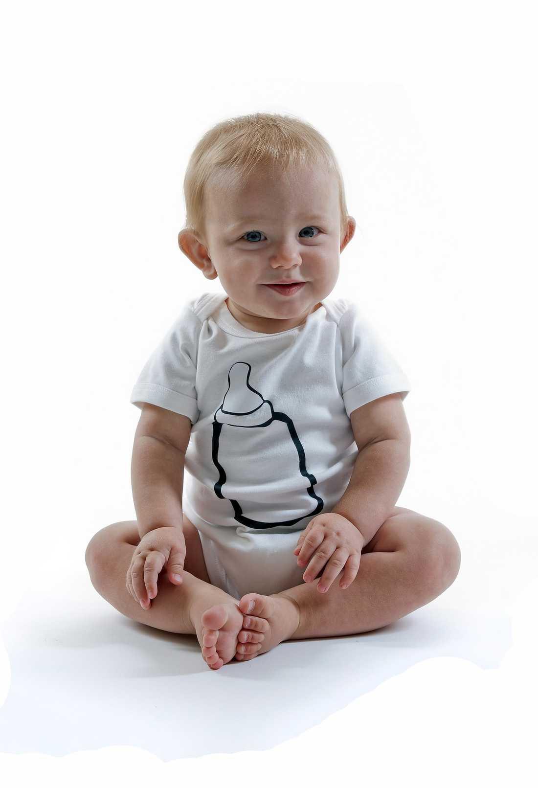 Den här glada bebisen har flaskmatats.