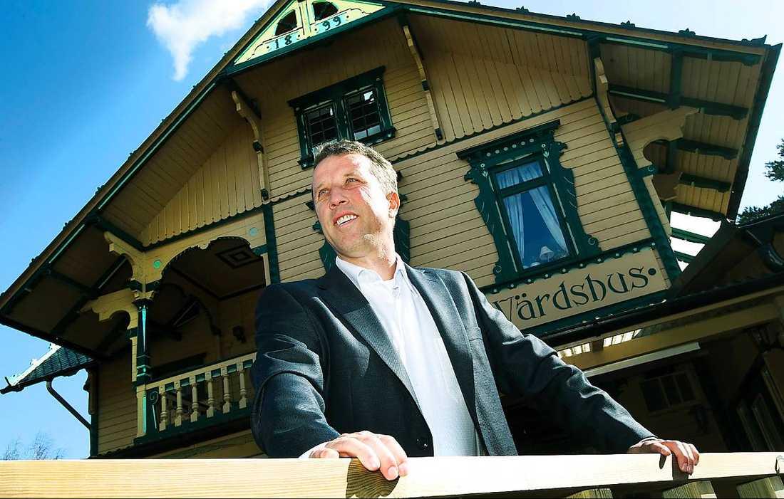 """""""En katastrof""""  Kristdemokraten Joakim Strandberg, 46, sitter i fullmäktige i Ystad. """"Vi får 280 kronor i timmen under sammanträden, för ett ekonomiskt ansvar på en och en halv miljard i kommunfullmäktige. Det är en katastrof"""", säger han."""