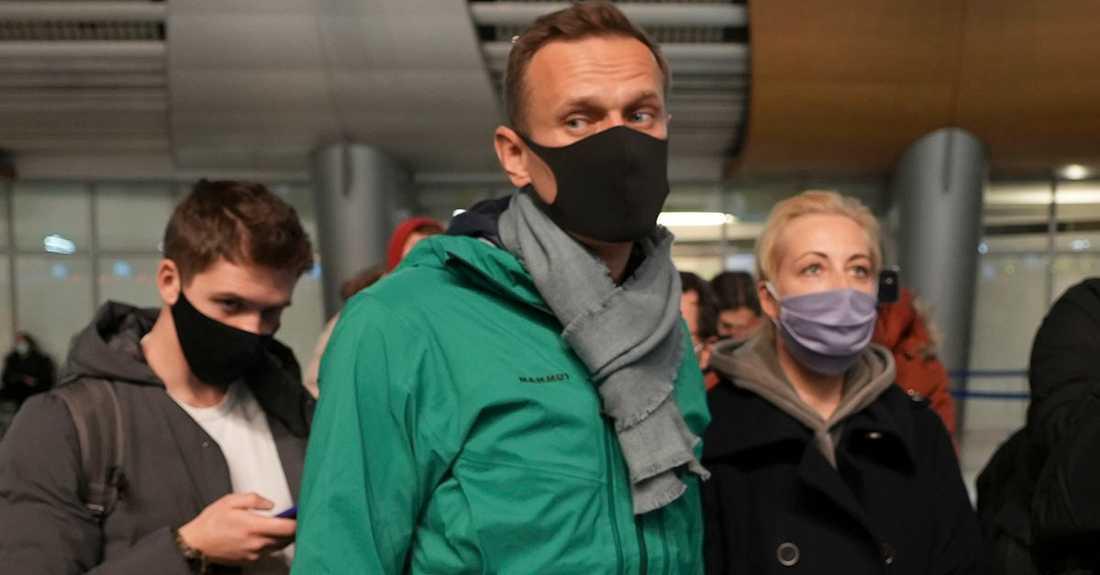 Aleksej Navalnyj och hans fru i kön till passkontrollen när han i går söndag återvände till Ryssland.