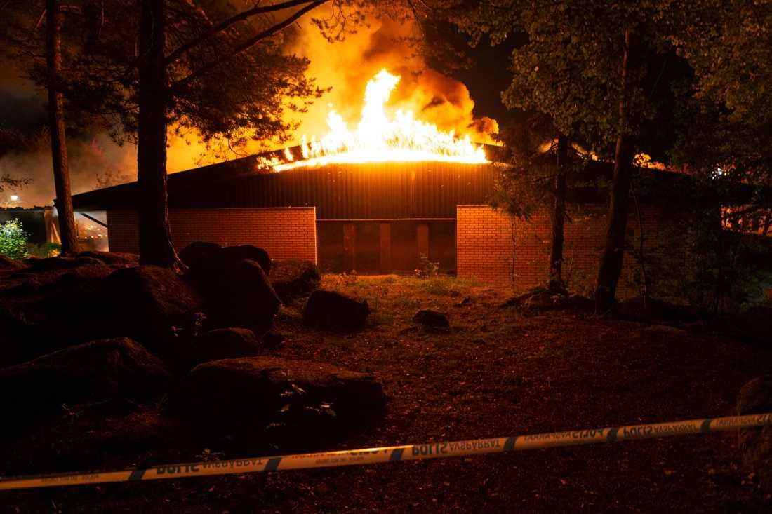 Fem stationer kämpar mot elden under morgonen.