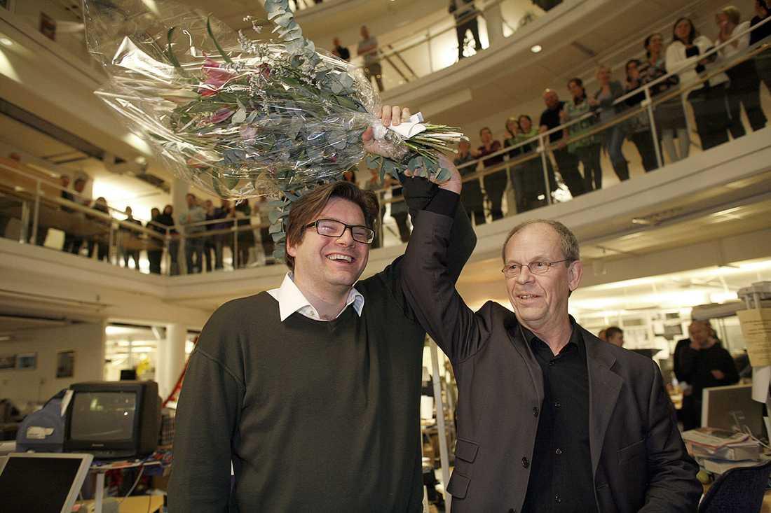 2008 utsågs Jan Helin till ny chefredaktör. Här lyfter tidigare chefredaktören Anders Gerdin upp hans arm i en segergest.