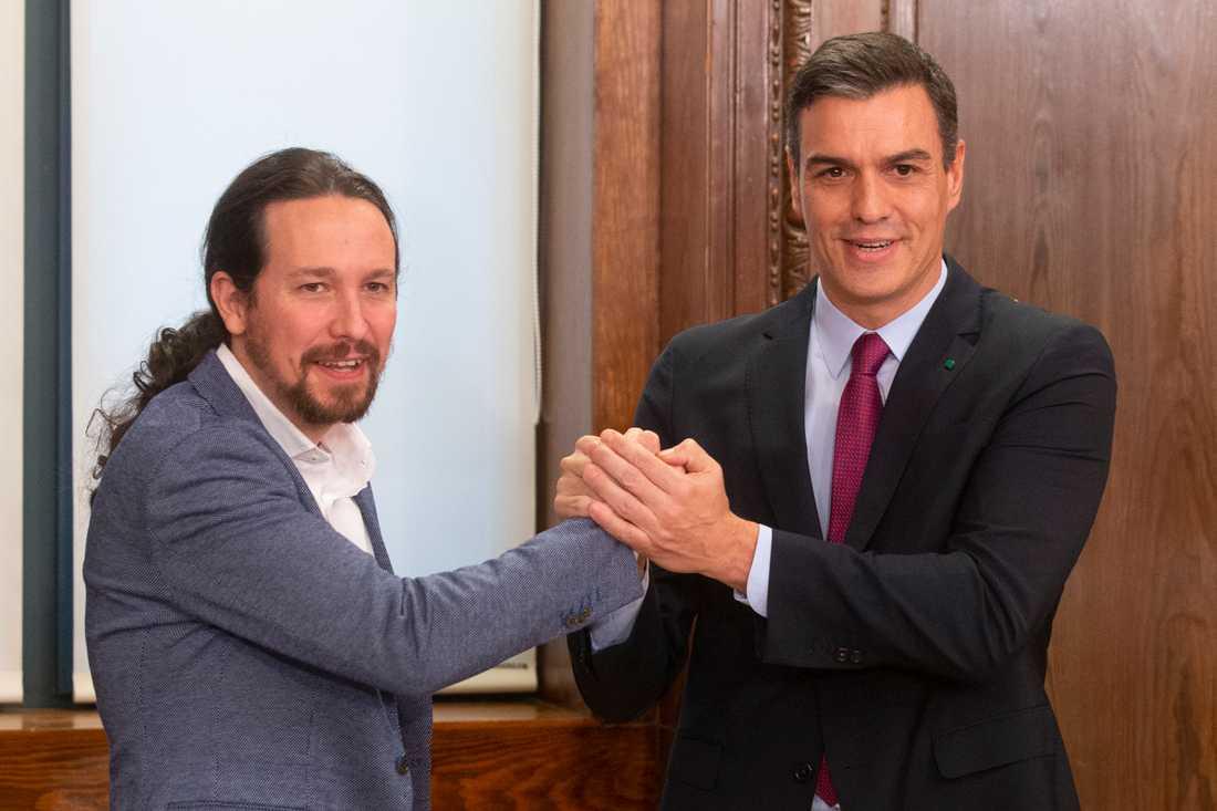 Pedro Sánchez (th) blir regeringschef och Pablo Iglesias vice regeringschef i den koalitionsregering som väntas få grönt ljus av kongressen (parlamentets underhus) i dag. Arkivbild.