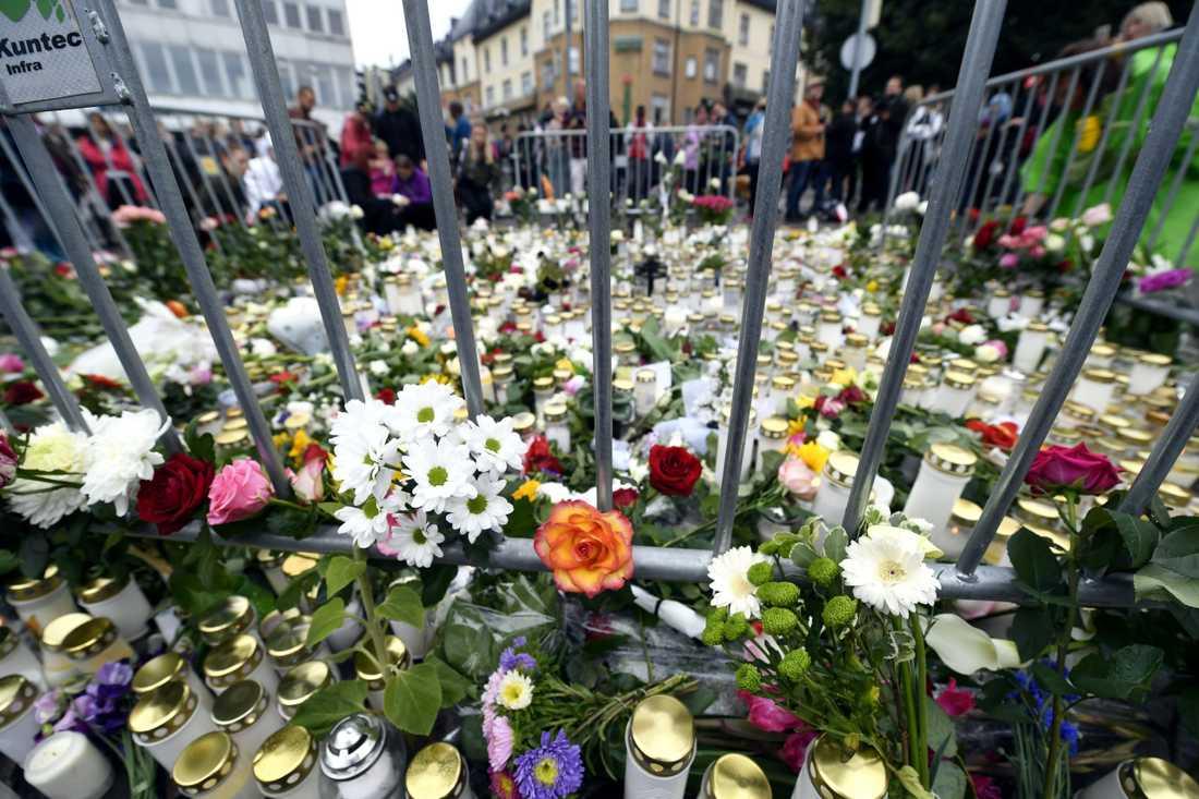 Blommor och ljus lämnade i Åbo efter knivattacken.