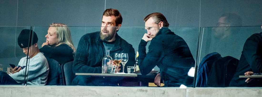 Niklas Kronwall, till höger, och Henrik Zetterberg på plats i Malmö i tisdags och matchen mellan Malmö och Frölunda.