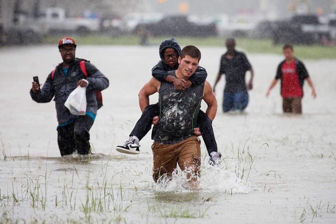 Houstonbor hjälper varandra att evakuera de värst drabbade områdena.