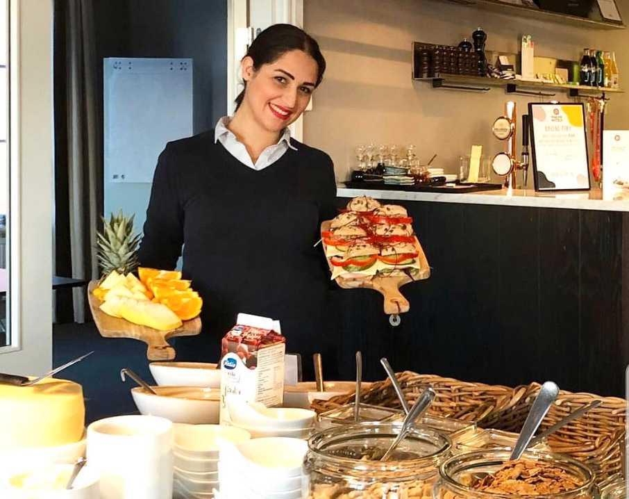 Negar jobbar som värdinna för samtliga hotell i Göteborg. Hon ser till att varje måltid alltid är en fröjd för ögat.