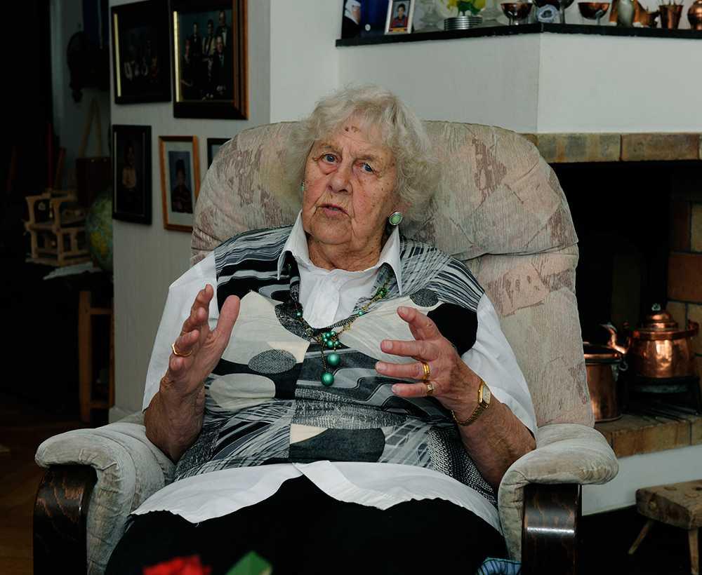 Ingegerd Björk, 93, säger att hon mötte mördaren ett stenkast från mordplatsen – och tipsade polisen.